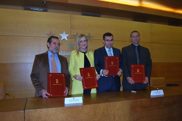 Cristina Cifuentes suscribe la declaración para el fomento y el fortalecimiento de la Economía Social junto al presidente de ASALMA, Jesús Martín y representantes de la Economía Social en Madrid